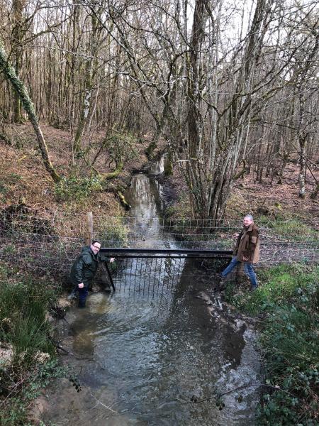 """Le député FCB n'a pas hésité à se """" mouiller"""" afin de  constater une rivière avec une barrière"""
